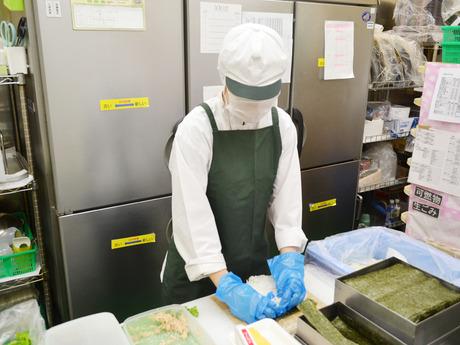 週2日~勤務OKの寿司惣菜売場のパック詰め、商品出し*未経験でも先輩が現場で丁寧に教えるので安心